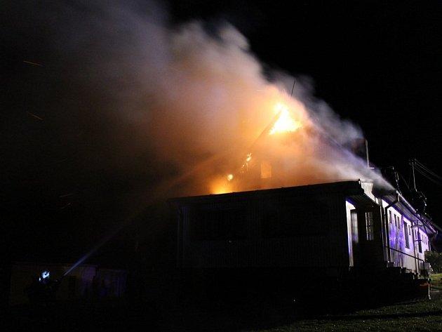 S požárem domu v Halži bojovali dobrovolní hasiči z Halže a Tachova i tachovští profesionálové