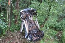 Z auta se po nehodě kouřilo.