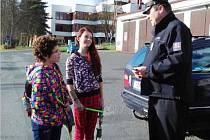 Při dopravní akci Vidíme se upozorňovali policisté chodce na nebezpečí, přinášející podzimní a zimní období.