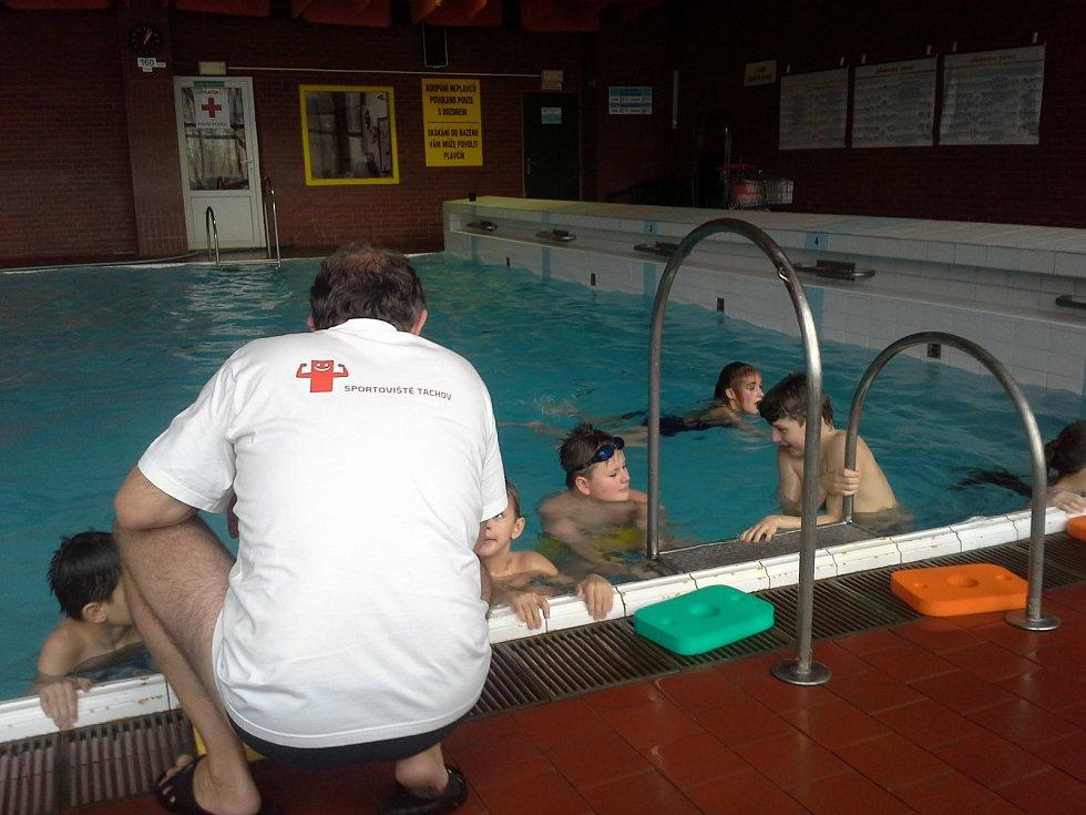 Plavání je aktuálně zřejmě jediná vnitřní sportovní aktivita, při které nemusejí být podle nařízení vlády nasazeny roušky...