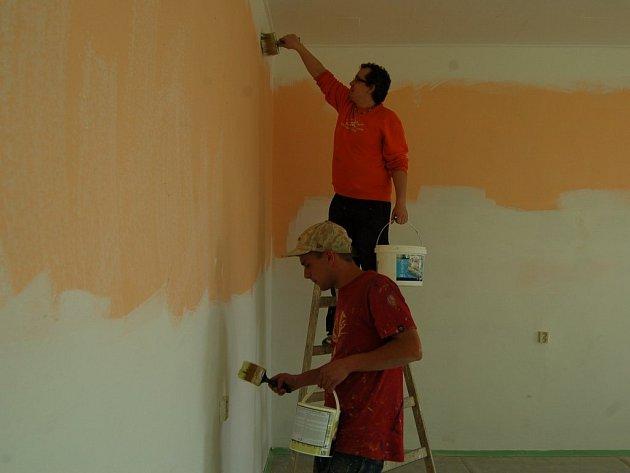 Pracovníci malířské firmy při Radek Křivánek a Tomáš Papajla při naší návštěvě právě malovali budoucí společenskou místnost