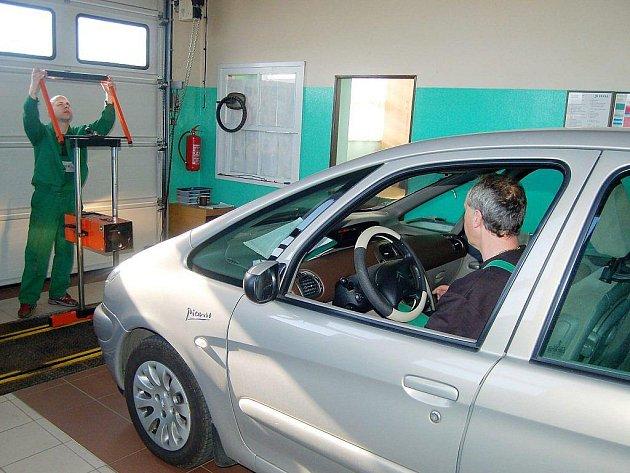 Technici kontrolovali v sobotu dopoledne zájemcům stav jejich vozů