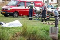 Hasiči a policisté hledali v Kostelci pohřešovaného muže. Ten utonul v rybníku.