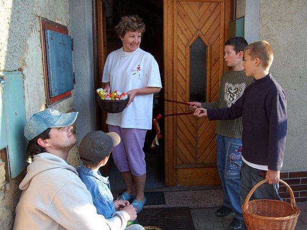 Miloš Němec: Bratranci Roman a David Koryťákovi (na snímku vpravo) dorazili na koledu také k Heleně Muchové. Se svým tatínkem Robertem si koledu vysloužil také čtyřletý Daniel Král (oba vlevo).