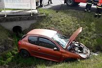 Vozidlo skončilo v příkopu u křižovatky na Lhotu.