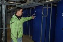 KAMIL BÁČA, vedoucí tachovského plaveckého bazénu, ukazuje nové akumulační nádrže. Ty budou sloužit k ohřívání vody v bazénu i nově budovaném koupališti.