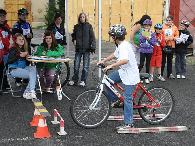 Téměř stovka dětí zápolila ve čtvrtek na dopravním hřišti v Tachově v okresním kole dopravní soutěže mladých cyklistů.