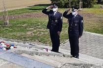 Květiny k uctění obětí položili policisté letos bez účasti dalších delegací.