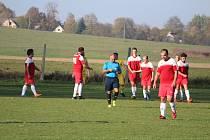 Fotbalisté Jiskry Třemešné (v červeném) po domácím vítězství nad Čechií Halže 3:1 zvítězili v sobotu opět doma a znovu o dva góly (4:2) i nad Sokolem Trpísty.