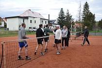 Je dobojováno! Proti favorizovanému SKP Planá (hráči vlevo za sítí) nastoupily v nově sestaveném B-týmu Slavoje Chodová Planá i dvě ženy – Zuzana Solčanská a Kateřina Danková. F