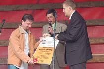 David Ryba, Miroslav Nenutil a Pavel Tóth (zleva). Zastupitelé města předali rodinnému pivovaru U rybiček Várečné právo