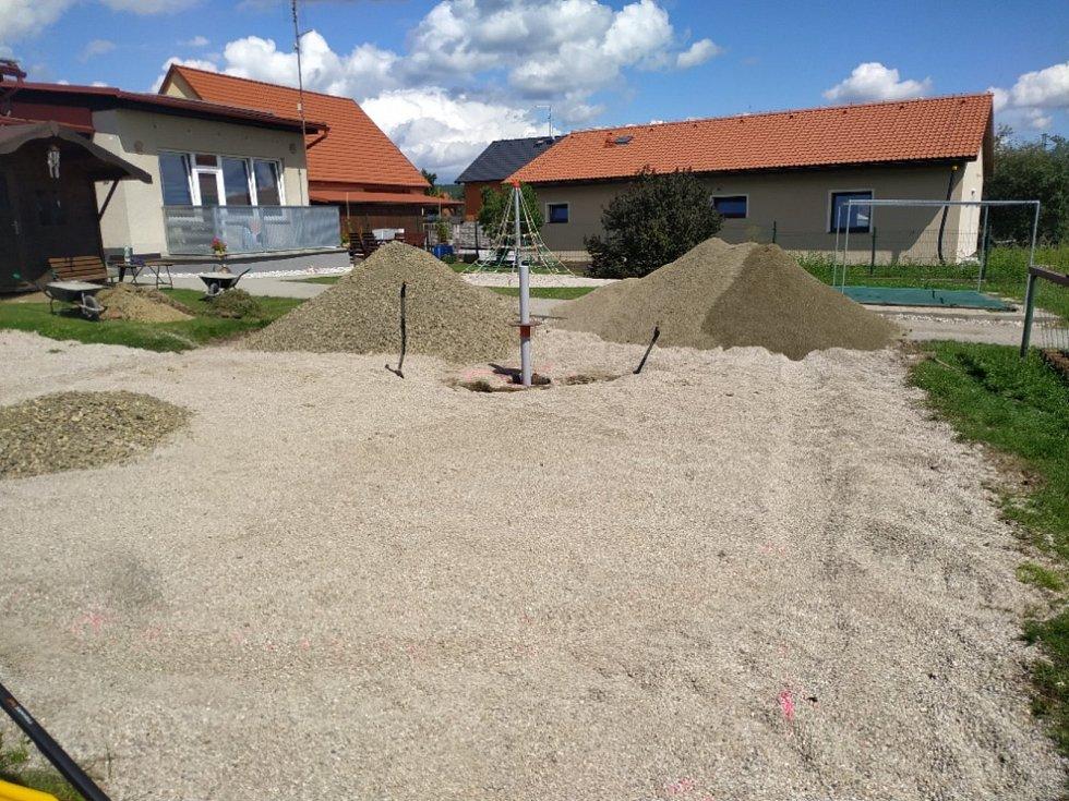 Nové dětské hřiště v areálu školky.