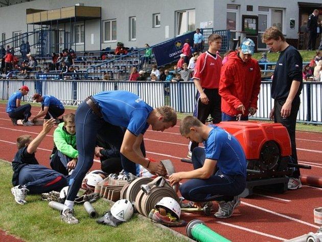 Profesionální hasiči Plzeňského kraje se utkali v krajském kole v požárním sportu.