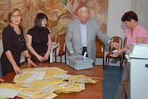 Urna ve volební místnosti na tachovském zámku vydala tři sta šedých a stejné množství žlutých obálek. Na snímku část volební komise (zleva), Magdalena Hošková, Pavla Dobrá, předseda volební komise Petr Havlík a Soňa Vrbová.