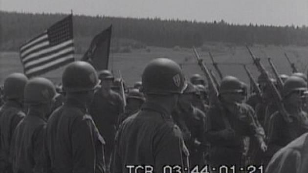 """Kamarádům z """"Military Car Club Plzeň"""" se podařilo zjistit, že na filmu je 97. pěší divize (má ve znaku trojzubec)."""