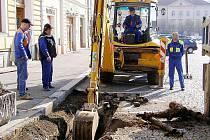 RÁCE JIŽ ZAČALY. Dříve než ve Stříbře dojde k úpravě náměstí, je nutno opravit kanalizaci.