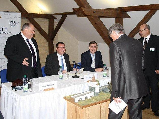 Představení nové pamětní mince s motivem renesančního mostu ve Stříbře se uskutečnilo v úterý v tamním muzeu.
