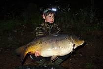Do rybářských revírů na západě Čech vyráží jedenáctiletý Matěj Houška se svým tátou a bráchou, hledá tam dobrodružství spojené s rybolovem.