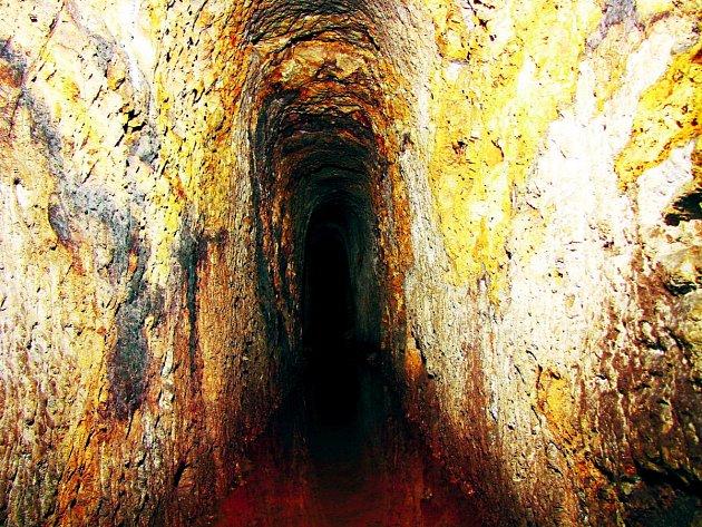 MICHALOVY HORY a okolí jsou doslova protkány štolami, jako je ta na snímku. Jejich celková délka zůstane asi navždy tajemstvím.