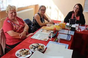 Zdeňka Tučková (vlevo v červeném tričku) pohostila kolegyně z volební komise v Lestkově vánočním cukrovím