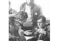 Režisér Jaroslav Soukup vysvětluje v čekárně ve Starém Sedlišti Ladislavu Potměšilo a Jiřímu Bartoškovi chystanou scénu. Přihlíží pomocný režisér Josef Loučím.