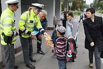 TACHOVŠTÍ dopravní policisté zkoušeli tento týden děti v Hornické ulici, zda umí správně přecházet silnici.