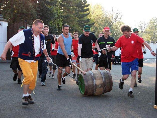 Šestnáct čtyřčlenných týmů se účastnilo štafetového koulení pivního sudu.
