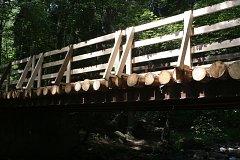 V údolí pod Křínovem je přes Kosí potok nově zrekonstruovaný most.