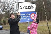 MÍSTOSTAROSTA Svojšína Tomáš Petráň a pracovnice obecního úřadu Dana Divišová při vylepování cedule, kterou se obec připojila k protivládnímu protestu. Ten má upozornit na složitost administrativy při rozdělování evropských dotací.