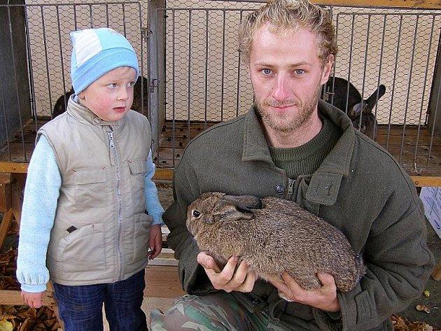 Tříletá Kristýna Vojáková přijela z Lázu se strejdou Františkem Kopeckým ml. prodávat vídeňské králíky