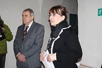 Ředitelka muzea Jana Hutníková uvedla první vernisáž roku 2015 po boku vystavovatele Jiřího Trnky.