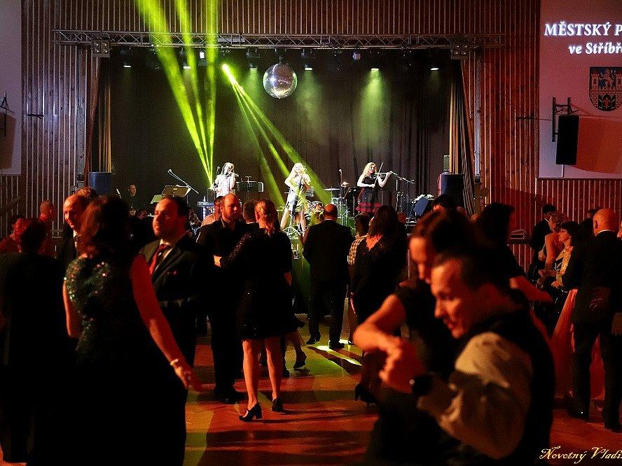 Na městském plese ve Stříbře vystoupilo loni v únoru dívčí smyčcové trio Inflagranti a lidé si vyžádali přídavek..