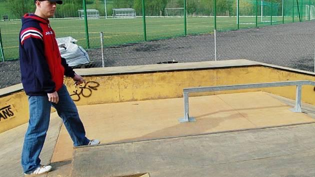Petr Vrána ukazuje opravené překážky ve skateparku.