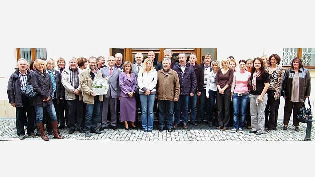 SPOLEČNÉ FOTO. Pracovníci soudů v Tachově a Tirschenreuthu se společně vyfotografovali před budovou tachovského soudu.