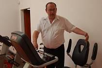 SPECIÁLNÍ ROTOPED pro vozíčkáře mohou využít návštěvníci posilovny ve Wellness centru Konstantin. Deníku jej předvedl provozní ředitel Miroslav Paszyc.