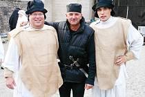 ZPĚV – VELIKÝ KONÍČEK. Jan Ambrož, učitel, ředitel školy, ale také zpěvák (vlevo na snímku spolu s A. Krejčím a Janem Ambrožem juniorem) ve stylovém oblečení při opeře Nabucco.