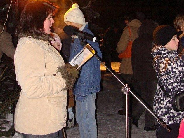 Ve Starém Sedle se už stává tradicí vánoční zpívání koled u živého betlému.