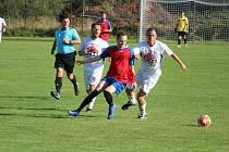 Daniel Kloužek z FK Planá (v červenomodrém) se snaží utéct dvojici klenečských hráčů Jaroslavu Řezníčkovi (č. 16) a Petru Osvaldovi ve včerejším duelu, který Planá prohrála 0:4.