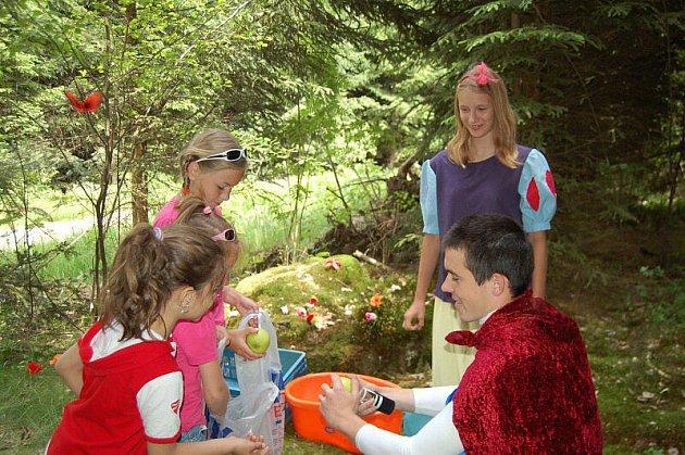 V Halži se konal v sobotu už 26. ročník Pohádkového lesa. Přišlo 420 dětí a nejméně jednou tolik dospělého doprovodu.