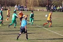 Fotbalisté Sokola Sulislav (oranžové dresy) doma zdolali Tatran Přimda 2:1. Všechny góly padly v první půli.