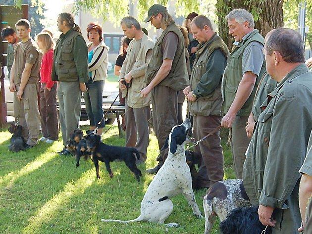 Několik desítek myslivců se svými loveckými psy se zúčastnilo jarního svodu psů v Chodském Újezdě.  Při akci panovalo po celou dobu krásné počasí.