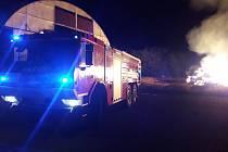 Během dnešní noci došlo u letištní plochy nad Bezdružicemi k požáru přibližně dvou set balíků slá