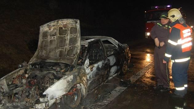 K této dopravní nehodě, která se stala v sobotu na dálnici D5, vjeli přimdští dobrovolní hasiči do protisměru. Podle jejich profesionálních kolegů se tak dopustili závažného provinění.