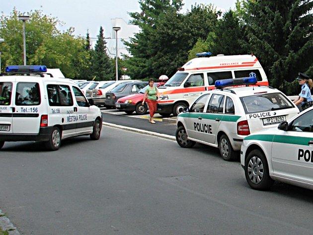 Pachatele zadrželi policisté a naložili do vozu městské policie (na snímku vlevo)