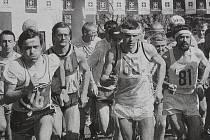 Dobová popiska: Již na startu se vedle sebe seřadili běžci, kteří nakonec stanuli na stupních vítězů. Vlastimil Šroubek (č. 76) skončil druhý v kategorii mužů, Michal Landiga (65) vyhrál mezi mladšími veterány a Karel Ganaj (81) triumfoval v kategorii nad