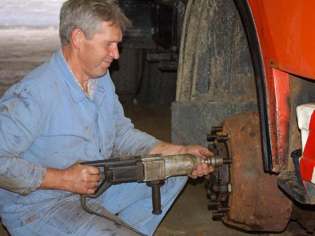 Technik Jaroslav Polák ze Správy a údržby silnic Stříbro kontroluje šrouby na nápravě sypače, aby technika byla na letošní zimu včas připravena.