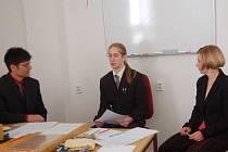 Na tachovském gymnáziu skočila ústní část maturit. Mezi prvními složil zkoušku dospělosti Miroslav Litomerický. Sedm jeho spolužáků ale u ústní prověrky znalostí neuspělo.