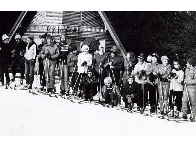 Zimní středisko v Přimdě vzniklo na konci šedesátých let. Karel Chaloupecký (pátý zleva) patřil k jeho iniciátorům.