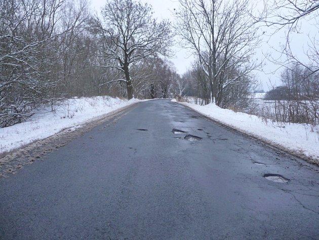 Díry na komunikaci směrem z Tachova na Chodský Újezd jsou hluboké i několik centimetrů