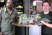 RADEK URBAN (vlevo) a Štefan Baláž připravují pro své hosty džbány s vodou dopředu. Na stolech je vše připravené a zákazníci se mohou kdykoliv napít.
